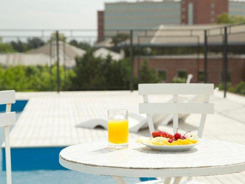 Casa Campus Suites Pool