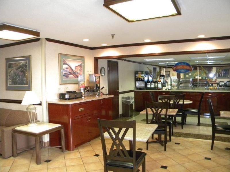 Baymont Inn & Suites Jackson Bar