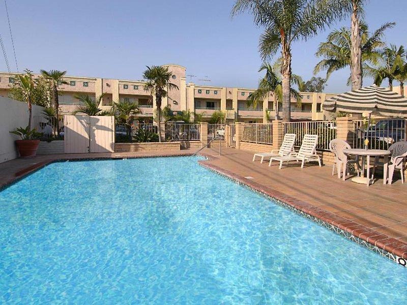 Ramada Anaheim Maingate North Pool